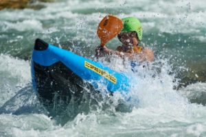 Isar Wildwasser Rafting Action im Sit on Top Kajak bei Lenggries