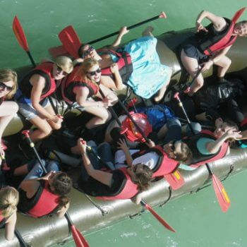 Junggesellinnen Abschied junge Frauen bei einer Schlauchboot Tour JGA in Bayern nahe München